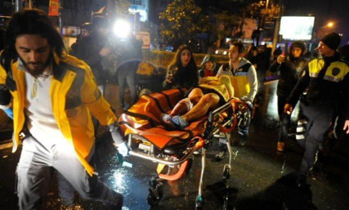 Egy sebesült nőt szállítanak kórházba a mentősök a támadás éjszakáján. Fotó: Reuters