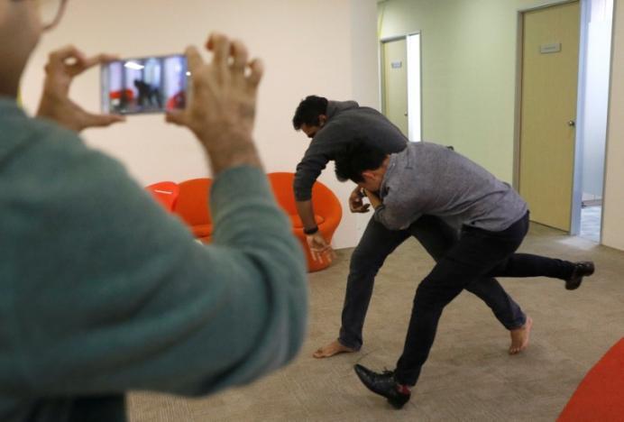"""""""Az erőszakos cselekmények lehetnek például hackertámadások vagy éppen egy verekedés is"""" - mondja Abhijit Shanbhag, a szingapúri Graymatics vezérigazgatója. Ha a cég mérnökei nem találnak megfelelő jelenetet az interneten, maguk filmeznek az irodában."""