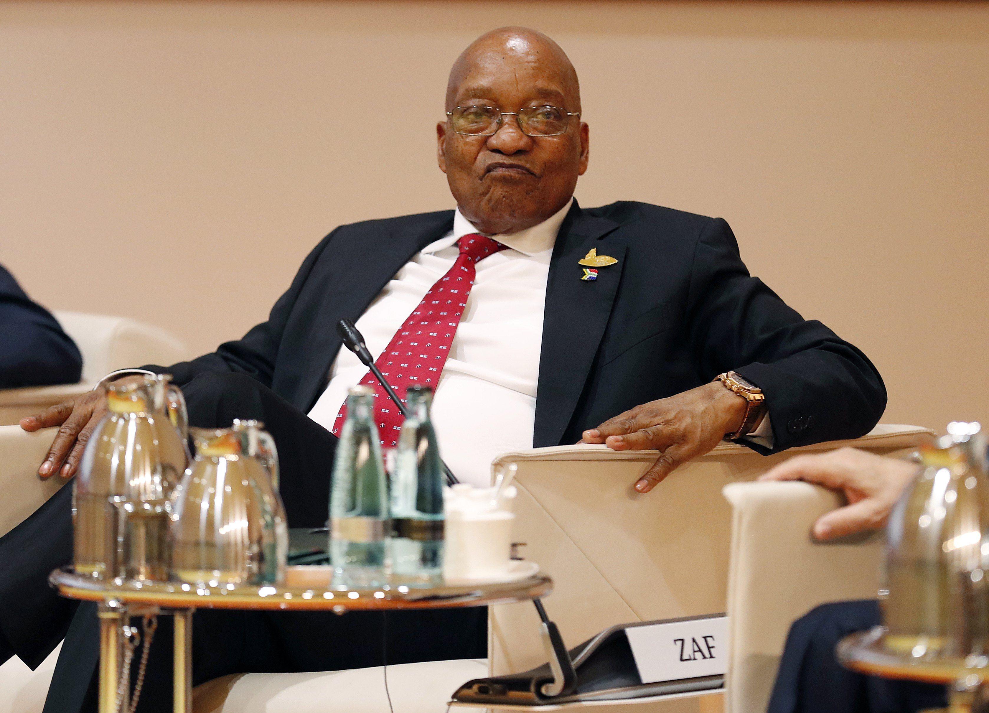 A dél-afrikai elnök, Jacob Zuma a hamburgi G20-csúcson, 2017 július 7-én. A dél-afrikai legfelsőbb bíróság 2017. október 13-án úgy döntött, az elnök vád alá helyzhető mintegy 800 korrupciós ügyben. A vádak egy 1990-es fegyverüzlethez köthetőek. EPA/FRIEDEMANN VOGEL/POOL