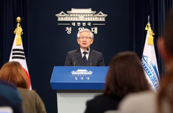 epa06299111 Nam Gwan-pyo, a senior presidential security adviser, holds a briefing at Cheong Wa Dae (The Blue House or executive residence) in Seoul, South Korea, 31 October 2017, to announce South Korean President Moon Jae-in and Chinese President Xi Jinping will hold a bilateral summit on the sidelines of the Asia-Pacific Economic Cooperation forum slated for Da Nang, Vietnam, from 10 to 11 November. 10-11. The summit is seen as marking the first step toward normalizing bilateral ties that have long soured over the deployment of a US missile defense system in South Korea. EPA/YONHAP SOUTH KOREA OUT