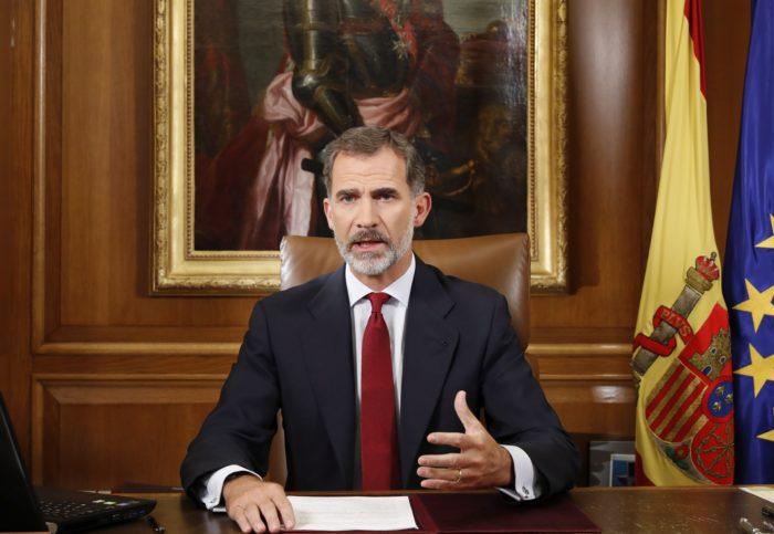 Madrid, 2017. október 3. A spanyol királyi sajtóhivatal által közreadott képen VI. Fülöp spanyol király élõ adásban sugárzott rendkívüli televíziós beszédben nyilatkozik a katalán népszavazásról Madridban 2017. október 3-án, a spanyol kormány által illegálisnak tartott referendum után két nappal. A Katalónia függetlenségérõl tartott népszavazás alatt elkövetett spanyol rendõri brutalitás miatt általános sztrájk van az autonóm régióban. (MTI/EPA/Spanyol királyi sajtóhivatal/Francisco Gómez)