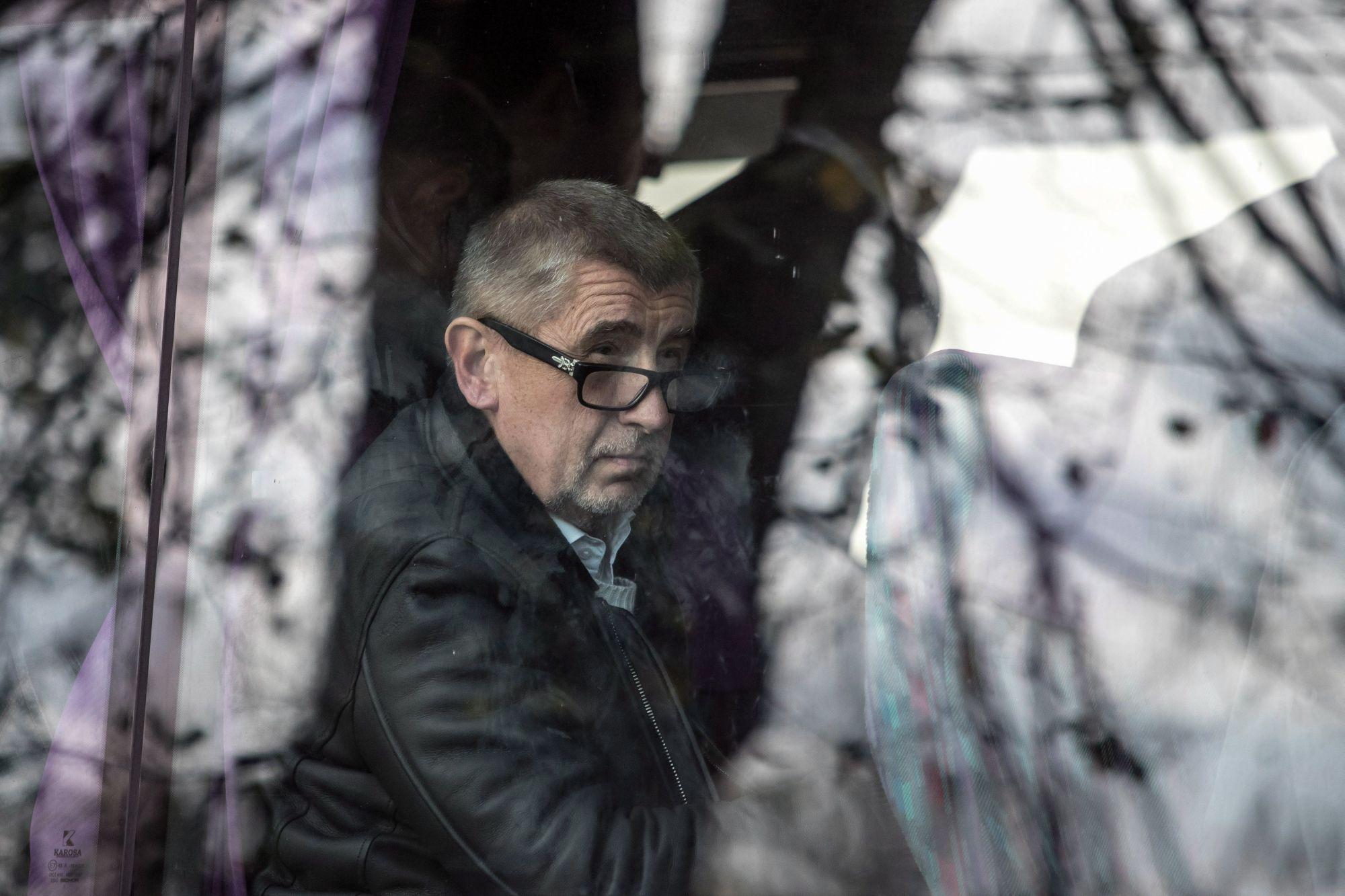 Vsetaty, 2017. október 4. Andrej Babis szlovák születésű milliárdos üzletember, a cseh ANO mozgalom elnöke busszal érkezik egy választási vitára a Prágától északra levõ Vsetatyban 2017. október 4-én. A parlamenti választásokat október 20-án és 21-én tartják Csehországban. (MTI/EPA/Martin Divisek)