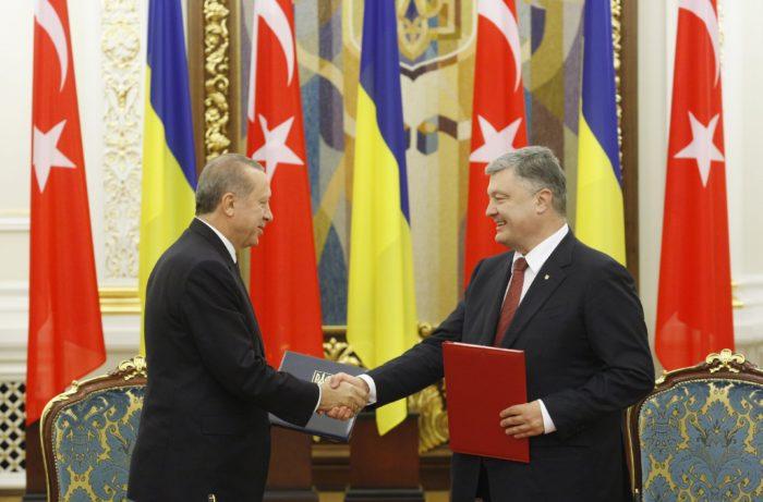 Kijev, 2017. október 9. Recep Tayyip Erdogan török elnök (b) és Petro Porosenko ukrán államfõ kezet fog a kétoldalú kormányközi együttmûködésrõl szóló szándéknyilatkozatuk aláírásán Kijevben 2017. október 9-én. (MTI/EPA/Sztyepan Franko)
