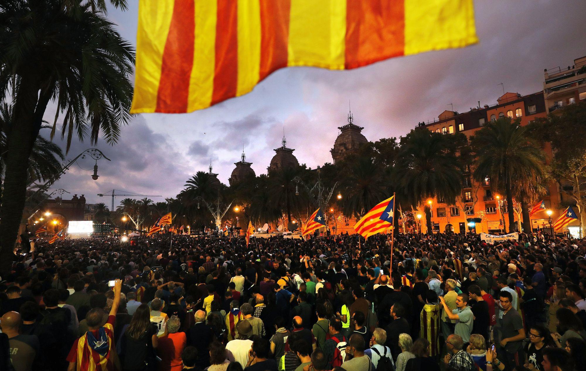 Barcelona, 2017. október 11. Függetlenségpárti tüntetők a parlament épületénél Barcelonában 2017. október 10-én, miután Carles Puigdemont katalán elnök aláírta a Katalónia felfüggesztett függetlenségi nyilatkozatáról szóló dokumentumot. A katalán kormány október 1-jén annak ellenére rendezte meg a Spanyolországtól való elszakadásról szóló függetlenségi népszavazást, hogy a spanyol alkotmánybíróság korábban minden, erre irányuló törekvést alkotmányellenesnek nyilvánított.  (MTI/EPA/Felipe Trueba)
