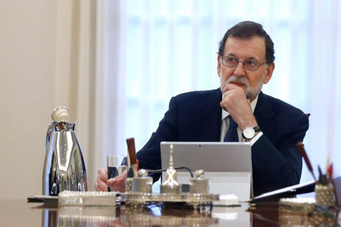 Madrid, 2017. október 11. A spanyol miniszterelnökség sajtóirodája által közreadott képen Mariano Rajoy spanyol miniszterelnök rendkívüli kabinetülésen vesz részt a kormány tagjaival a madridi kormányfõi rezidencián, a Moncloa-palotában 2017. október 11-én. Az elõzõ napon Carles Puigdemont katalán elnök aláírta a Katalónia felfüggesztett függetlenségi nyilatkozatáról szóló dokumentumot. A katalán kormány október 1-jén annak ellenére rendezte meg a Spanyolországtól való elszakadásról szóló függetlenségi népszavazást, hogy a spanyol alkotmánybíróság korábban minden, erre irányuló törekvést alkotmányellenesnek nyilvánított.  (MTI/EPA/Spanyol miniszterelnökség sajtóirodája/Cesar P. Sendra)