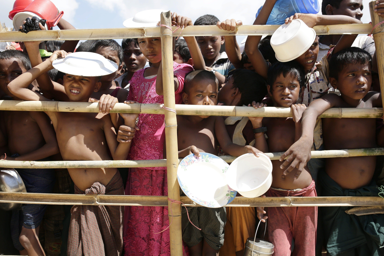 Palongkhali, 2017. október 11. Mianmari rohingja menekült gyerekek ételosztásra várnak egy bambuszkerítés mögött a határ közelében fekvõ bangladesi Cox's Bazaar térségében, Palongkhalinál létesült szükségtáborban 2017. október 11-én. A muszlim kisebbség több mint félmillió tagja menekült a szomszédos Bangladesbe a többségében buddhisták lakta Mianmarból az arakáni erőszakhullám augusztus 25-i kezdete óta. (MTI/EPA/Abir Abdullah)