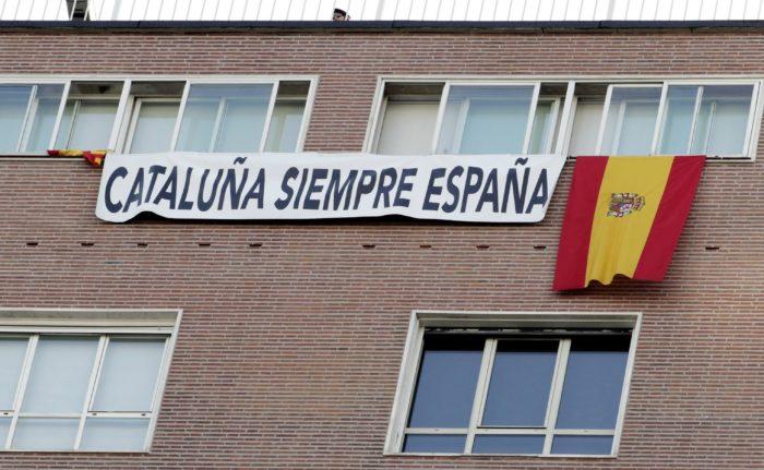 """Madrid, 2017. október 12.  """"Katalónia mindig Spanyolország"""" feliratú transzparens egy ház homlokzatán az ország nemzeti ünnepén tartott katonai díszszemlén Madridban 2017. október 12-én. Spanyolország nemzeti ünnepén arról emlékeznek meg, hogy a spanyol korona szolgálatában álló Kolumbusz Kristóf olasz felfedező 1492. október 12-én elérte a Bahama-szigeteket. (MTI/EPA/Victor Lerena)"""