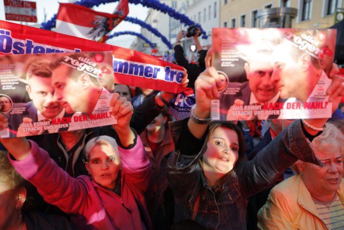 Bécs, 2017. október 13. Heinz-Christian Strache, a jobboldali Osztrák Szabadságpárt (FPÖ) kancellárjelöltjének támogatói a párt kampányzáró rendezvényén Bécsben 2017. október 13-án, az osztrák parlamenti választások előtt két nappal. (MTI/EPA/Valdrin Xhemaj)