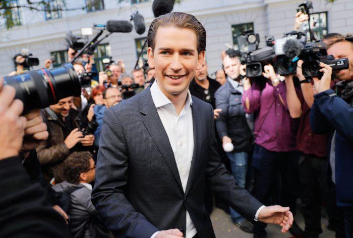 Bécs, 2017. október 15. Sebastian Kurz osztrák külügyminiszter, az Osztrák Néppárt (ÖVP) elnöke és kancellárjelöltje egy szavazóhelyiség előtt az előrehozott parlamenti választásokon Bécsben 2017. október 15-én. (MTI/EPA/Valdrin Xhemaj)