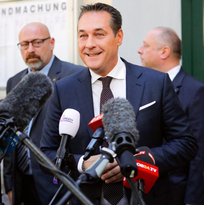 Bécs, 2017. október 15. Heinz-Christian Strache, a jobboldali Osztrák Szabadságpárt (FPÖ) vezetője a sajtó képviselőinek nyilatkozik az előrehozott parlamenti választásokon Bécsben 2017. október 15-én. (MTI/EPA/Valdrin Xhemaj)