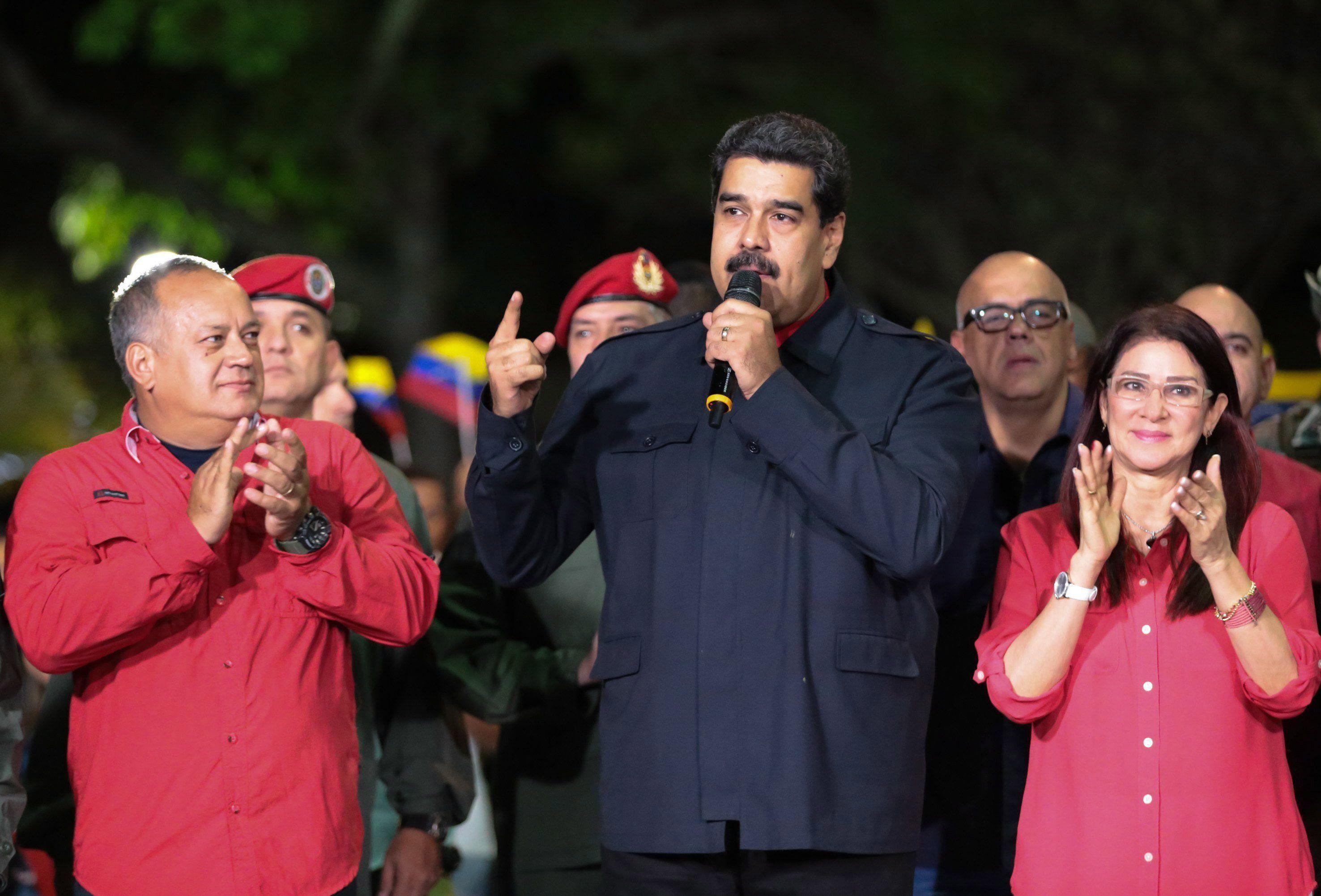Caracas, 2017. október 16. A Miraflores elnöki palota által közreadott képen Nicolás Maduro venezuelai elnök (k) a támogatóihoz beszél Caracasban 2017. október 15-én, miután pártja, a kormányzó szocialista párt megnyerte a regionális választásokat. Az eredmény értelmében a szocialisták a huszonháromból tizenhét kormányzói tisztséget tölthetnek be. (MTI/EPA/Miraflores-palota)