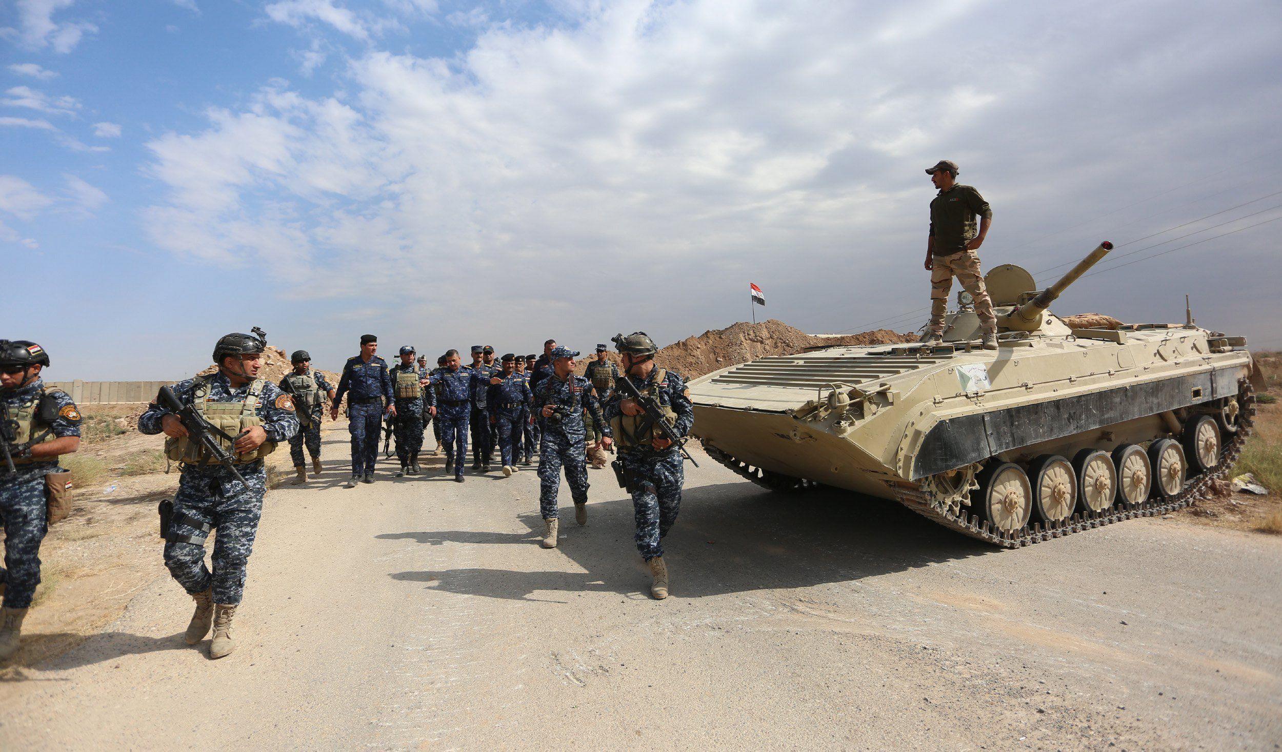 Kirkuk, 2017. október 16. Az iraki biztonsági erők tagjai bevetésre készülnek a Kurdisztáni Munkáspárt fegyveresei és kurd pesmerga harcosok ellen az észak-iraki Kirkuk tartomány azonos nevű székhelye közelében, Rasadnál 2017. október 16-án. Az iraki hadsereg ezen a napon több, stratégiai jelentőségû létesítmény bevételét jelentette az olajban gazdag tartományban. (MTI/EPA/Murtadzsa Latif)