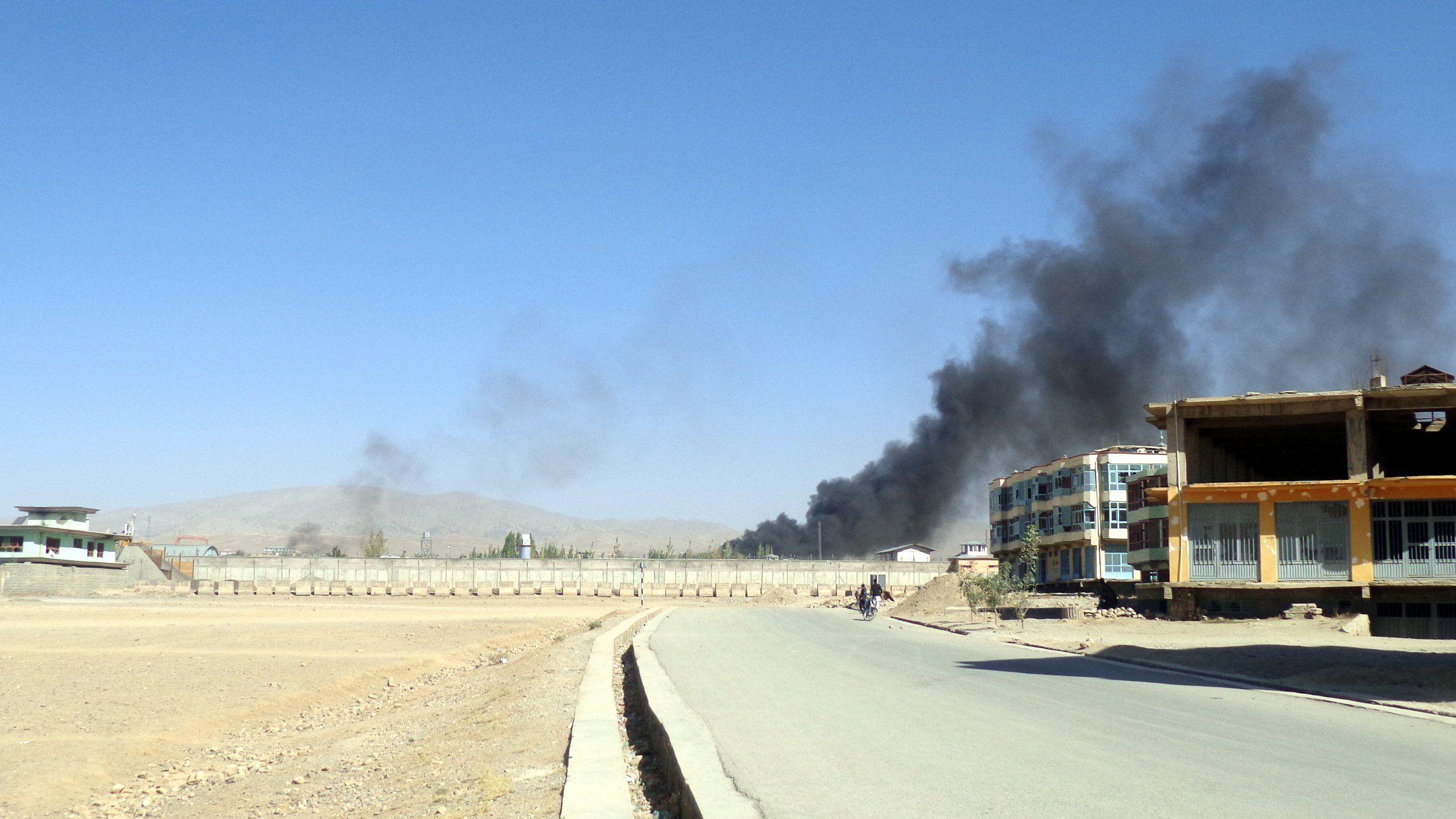 Gardíz, 2017. október 17. Füst csap fel a Paktia keleti tartománybeli Gardízban működő rendőrségi kiképzőközpontból, amelyet tálib fegyveresek támadtak meg 2017. október 17-én. A robbantásos merényletben legkevesebb harmincketten életüket vesztették, és több mint kétszázan megsebesültek. (MTI/EPA/Ahmadullah Ahmadi)
