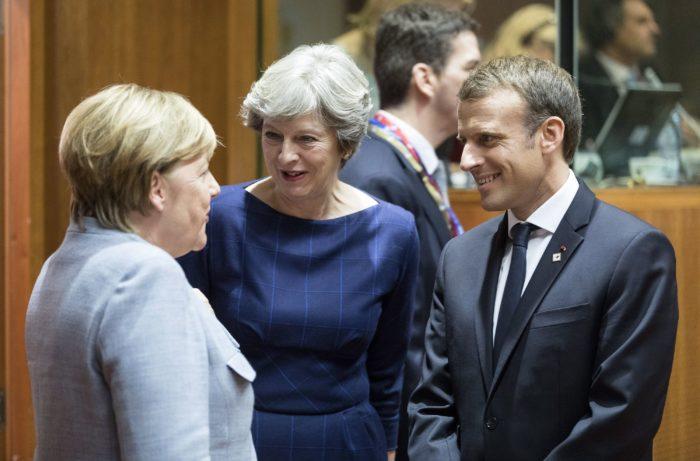 Brüsszel, 2017. október 19. Angela Merkel német kancellár, Theresa May brit miniszterelnök és Emmanuel Macron francia államfő (b-j) beszélget az Európai Unió kétnapos brüsszeli csúcstalálkozójának kezdetén Brüsszelben 2017. október 19-én. (MTI/EPA/Olivier Hoslet)