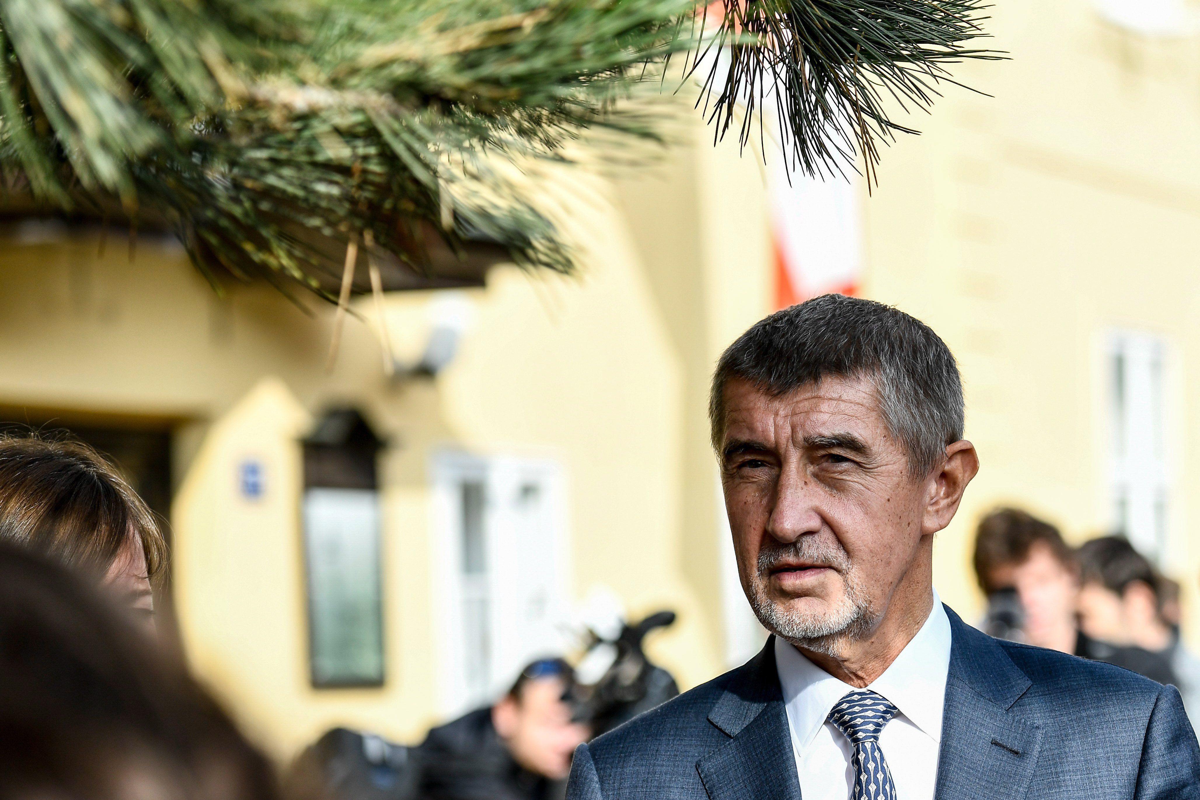 Prága, 2017. október 20. Andrej Babis szlovák származású cseh milliárdos, volt miniszterelnök-helyettes, az ANO mozgalom elnöke egy szavazóhelyiségbe érkezik Prágában, a kétnapos képviselőházi választások első napján, 2017. október 20-án. (MTI/EPA/Filip Singer)