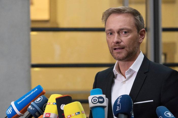 Berlin, 2017. október 20. Christian Lindner, a Szabad Demokrata Párt, az FDP elnöke a sajtó képviselőinek nyilatkozik, mielőtt megkezdődnek a koalíciós tárgyalások a Kereszténydemokrata Unió, a CDU, a Keresztényszociális Unió, a CSU, a Zöldek pártja és a parlamentbe újra bejutott Szabad Demokrata Párt, az FDP vezetőivel. (MTI/EPA/Alexander Becher)