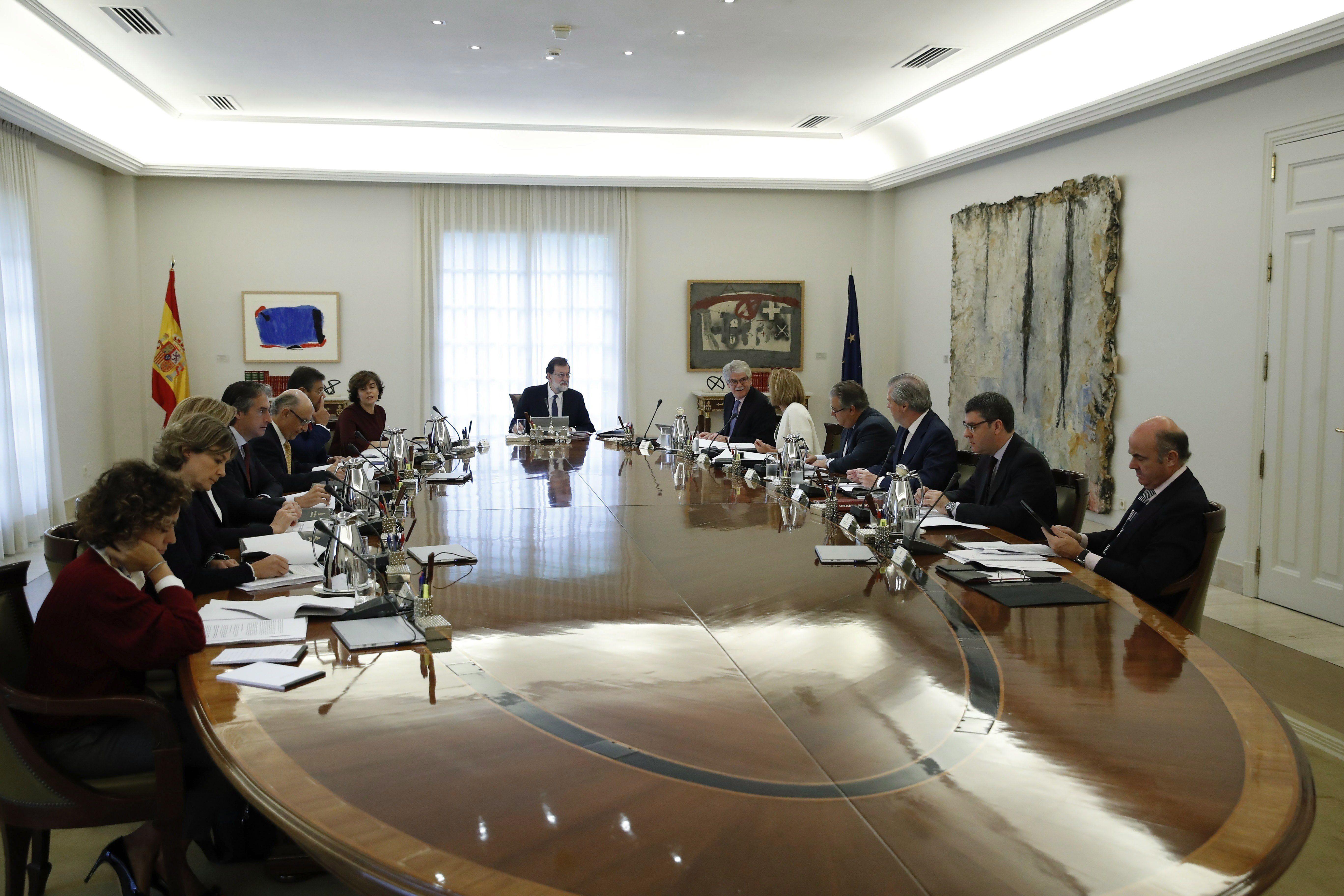 Madrid, 2017. október 21. Mariano Rajoy spanyol miniszterelnök (K) rendkívüli kormányülést tart Madridban 2017. október 21-én. A spanyol kormány végleges döntést készül hozni arról, hogy a katalán függetlenségi törekvésekkel kapcsolatban milyen intézkedéseket terjeszt be a parlament felsőházának az alkotmány 155-ös cikkére hivatkozva.(MTI/EPApool/Juan Carlos Hidalgo)