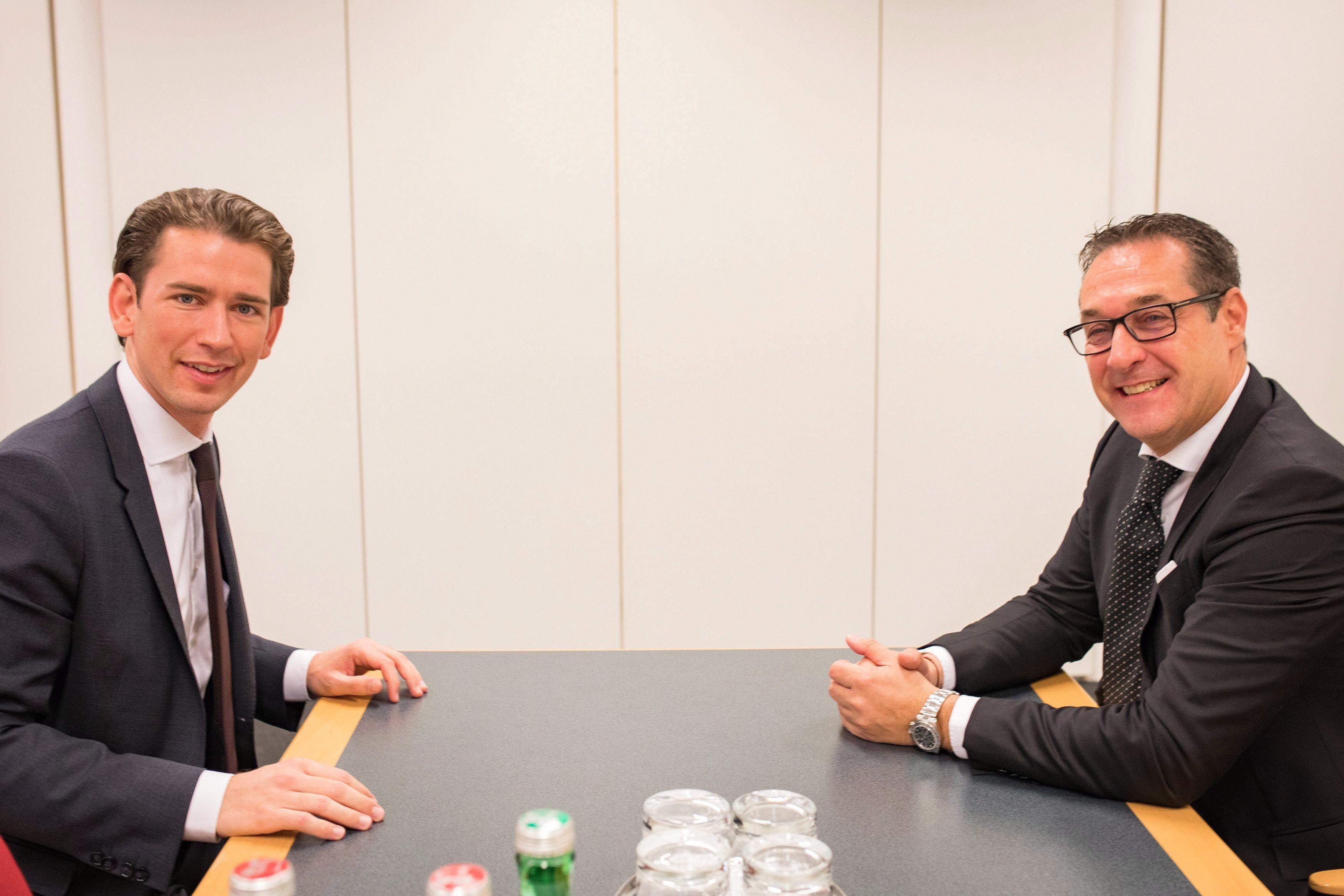 Bécs, 2017. október 21. A kormányalakítással megbízott Sebastian Kurz, a választásokon győztes Osztrák Néppárt (ÖVP) elnöke (b) és Heinz-Christian Strache, az Osztrák Szabadságpárt (FPÖ) elnöke tárgyal a bécsi Hofburgban 2017. október 21-én. Az eddig külügyminiszteri posztot betöltő Kurz pártja október 15-én nyerte meg a parlamenti választást. (MTI/EPA/Jakob Glaser)