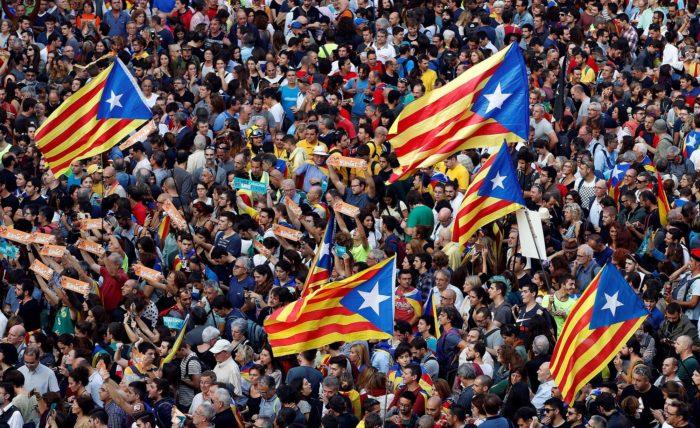 """Barcelona, 2017. október 27. Ünneplő tömeg a katalán parlament előtt Barcelonában 2017. október 27-én, miután a katalán parlament függetlenségi pártjai megszavazták a független """"Katalán Köztársaság"""" létrehozását célzó javaslatot. (MTI/EPA/Alberto Estevez)"""