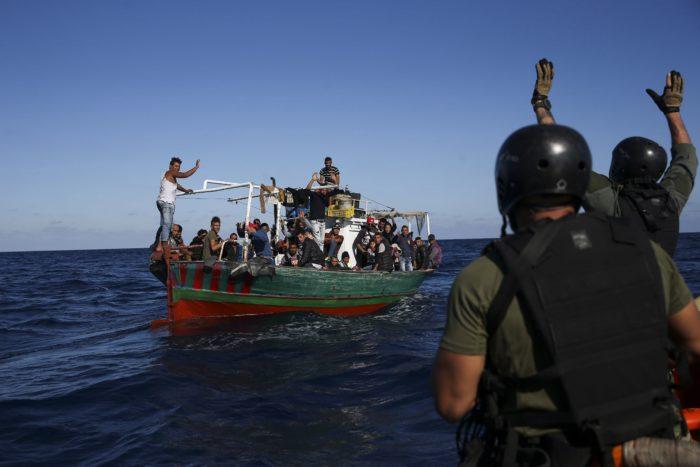 Földközi-tenger, 2017. október 28. Migránsokat szállító hajót közelítenek meg portugál tengerészgyalogosok a Földközi-tengeren, a szicíliai Pozzallo város közelében 2017. október 27-én. A portugál haditengerészet Viana do Castelo járõrhajója a fedélzetére vette a lélekvesztõn utazó negyvennyolc illegális bevándorlót, akiket átadott az olasz hatóságoknak. (MTI/EPA/José Sena Goulao)