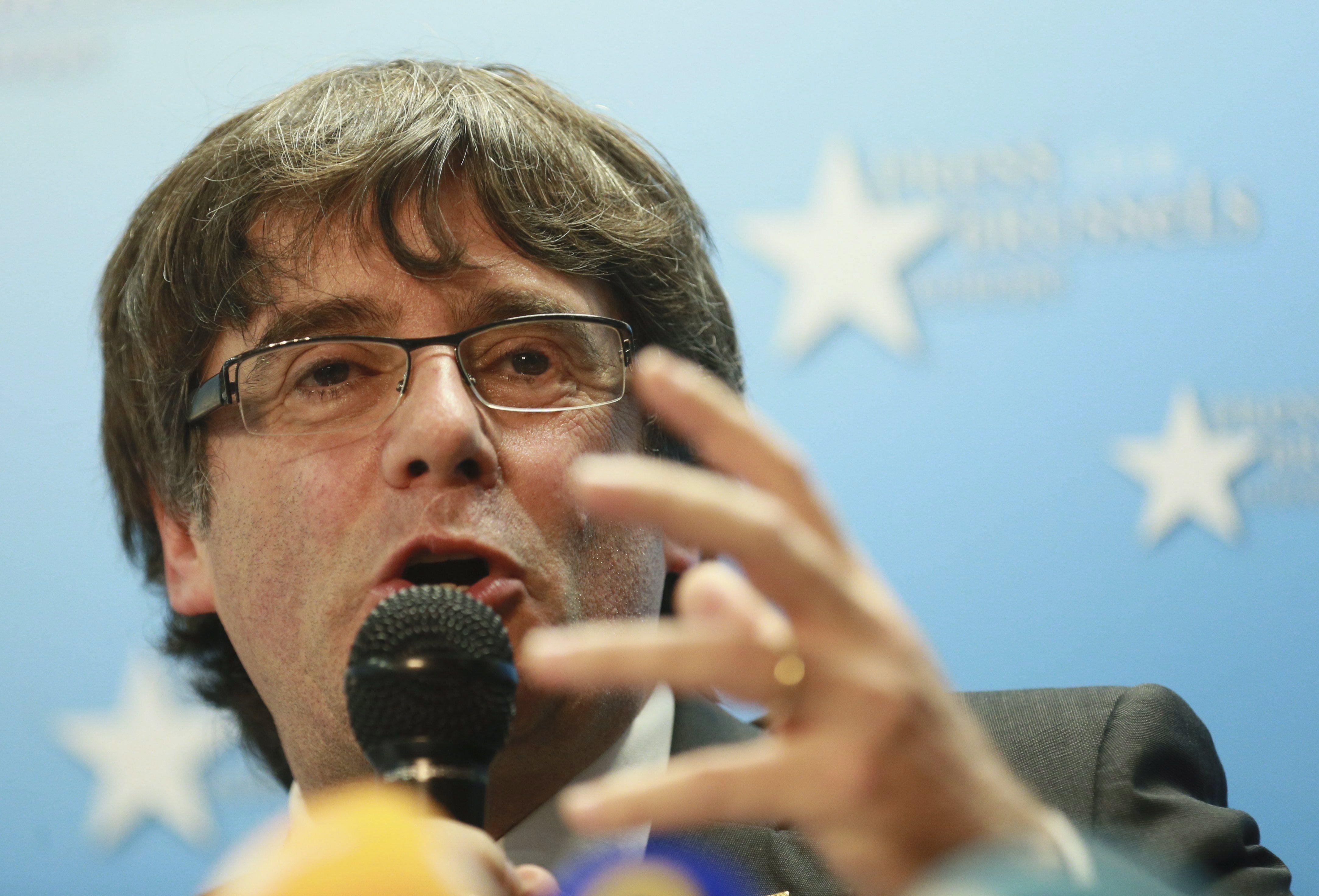 Brüsszel, 2017. október 31. Carles Puigdemont leváltott katalán elnök sajtótájékoztatót tart Brüsszelben 2017. október 31-én. Egy nappal korábban José Manuel Maza spanyol állami főügyész büntetőeljárást kezdeményezett a feloszlatott katalán kormány, valamint a katalán parlament elnökségének tagjai ellen lázadás, zendülés, hűtlen kezelés és egyéb bűncselekmények miatt. Puigdemont bejelentette, hogy nem kér politikai menedéket Belgiumban. (MTI/EPA/Olivier Hoslet)