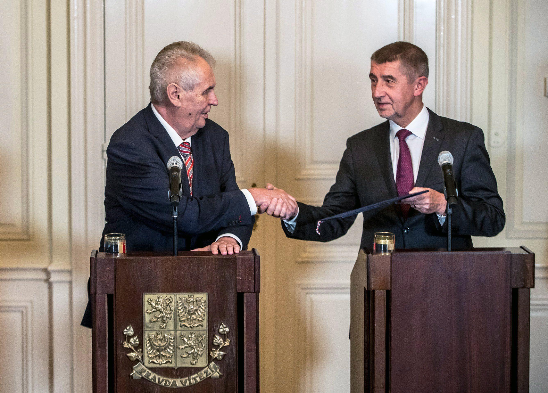 Lány, 2017. október 31. Milos Zeman cseh államfő (b) kormányalakítási tárgyalásokra felhatalmazó megbízólevelet ad át Andrej Babisnak, a cseh képviselőházi választáson győztes ANO mozgalom elnökének a Prágától nyugatra fekvõ Lányban tartott sajtótájékoztatójukon 2017. október 31-én. (MTI/EPA/Martin Divisek)