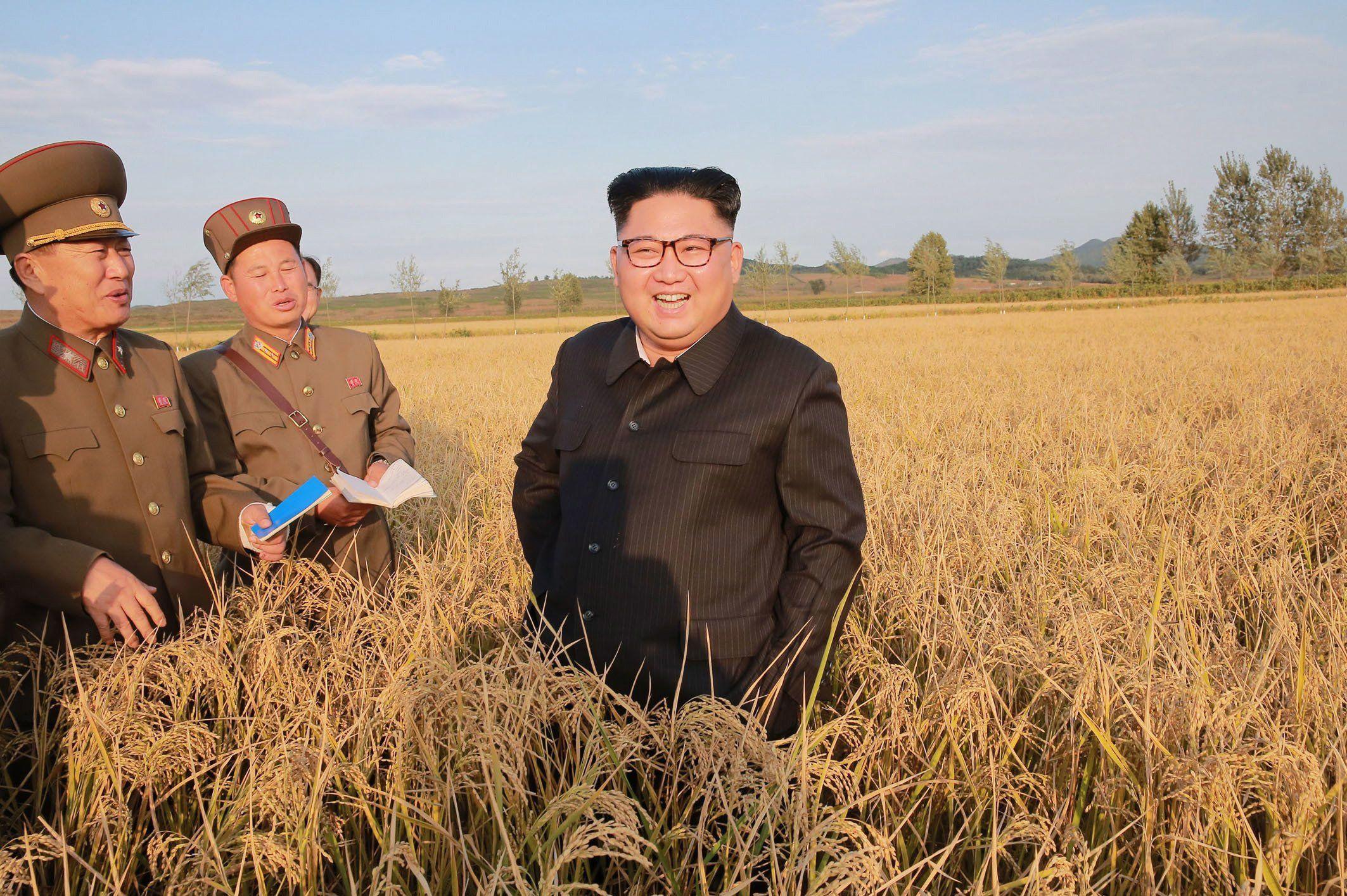 Észak-Korea, 2017. szeptember 30. Az észak-koreai kormány által 2017. szeptember 30-án közreadott dátummegjelölés nélküli képen Kim Dzsong Un első számú észak-koreai vezetõ, a Koreai Munkapárt első titkára látogatást tesz egy gazdaságban egy ismeretlen észak-koreai helyszínen. (MTI/AP/KCNA/KNS)