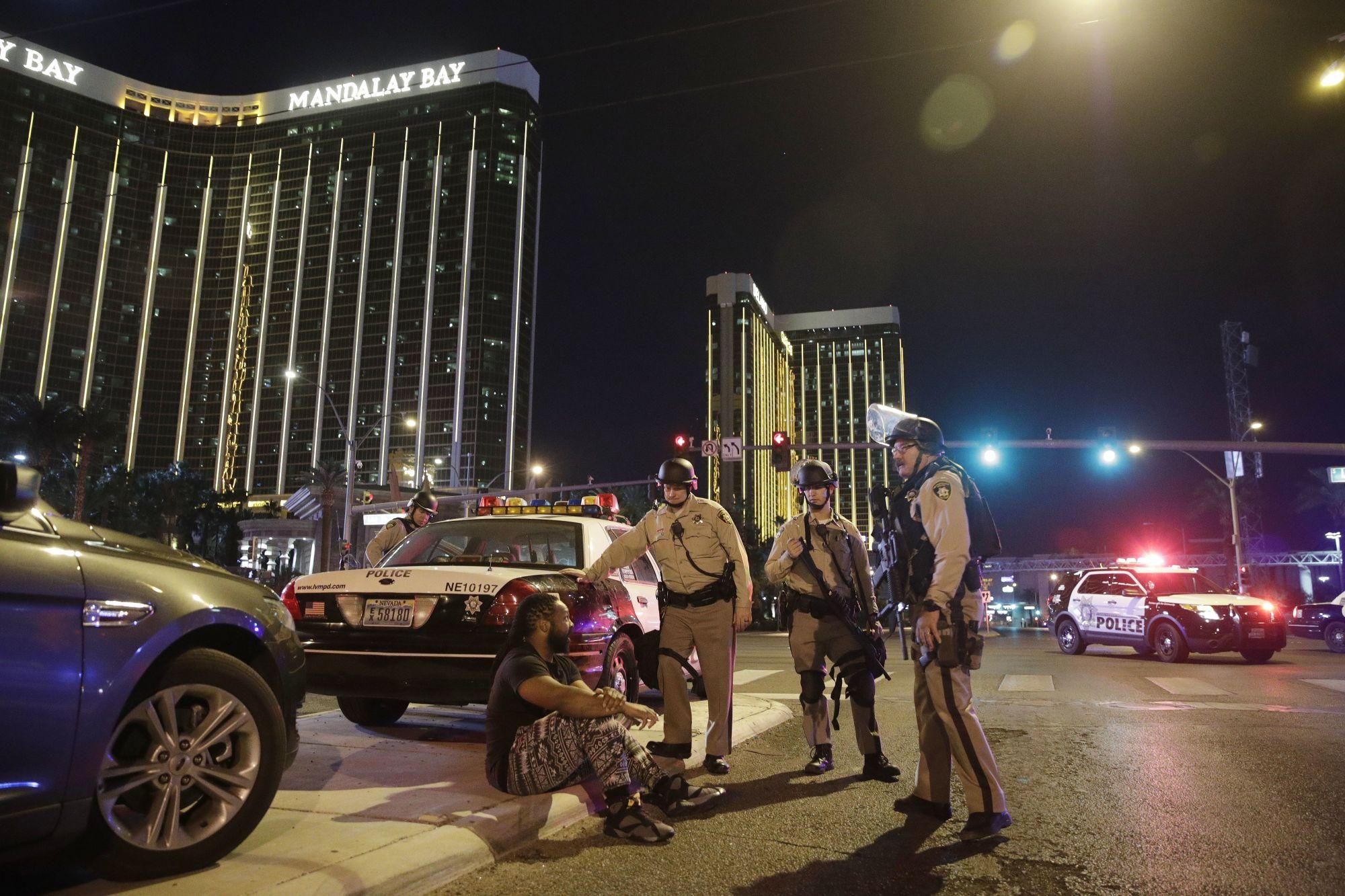 Las Vegas, 2017. október 2. Rendőrök a Las Vegasban történt lövöldözés helyszínén 2017. október 1-jén. (MTI/AP/John Locher)