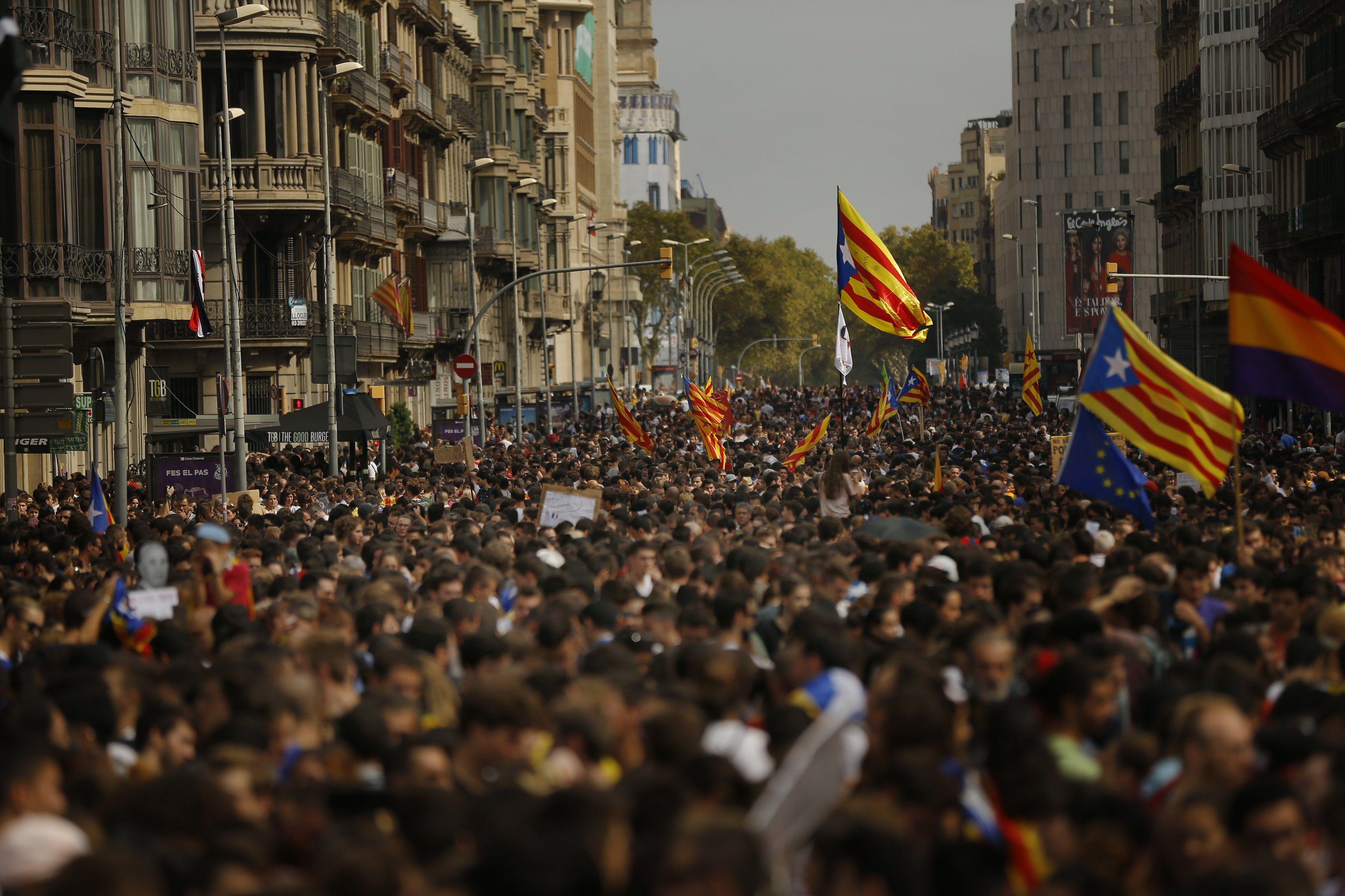 Barcelona, 2017. október 3. Függetlenségpárti tüntetők Barcelonában 2017. október 3-án. A Katalónia függetlenségéről tartott népszavazás alatt elkövetett spanyol rendőri brutalitás miatt általános sztrájk van a régióban. (MTI/AP/Francisco Seco)