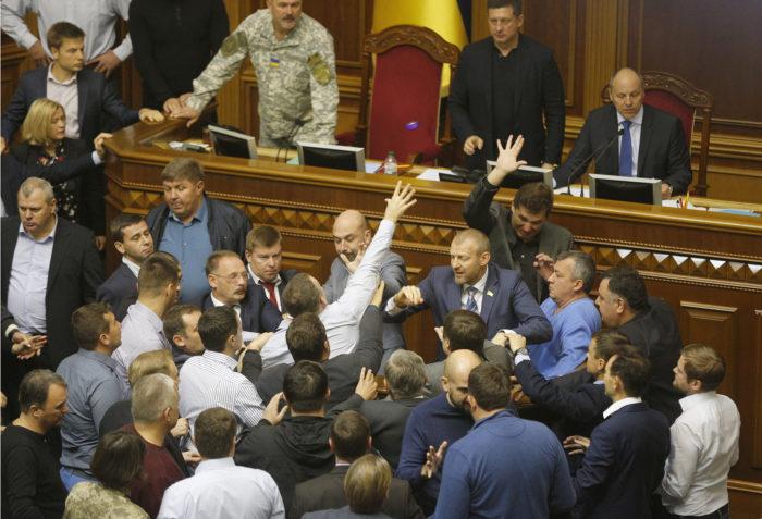 Kijev, 2017. október 6. Képviselők dulakodnak a kijevi parlament üléstermében 2017. október 6-án. Az incidensre azelőtt került sor, hogy a parlament elfogadta a Donyec-medence Ukrajnába történő visszaintegrálásáról szóló, Oroszországot agresszornak minősítő államfői törvényjavaslatot. (MTI/AP/Jefrem Lukackij)