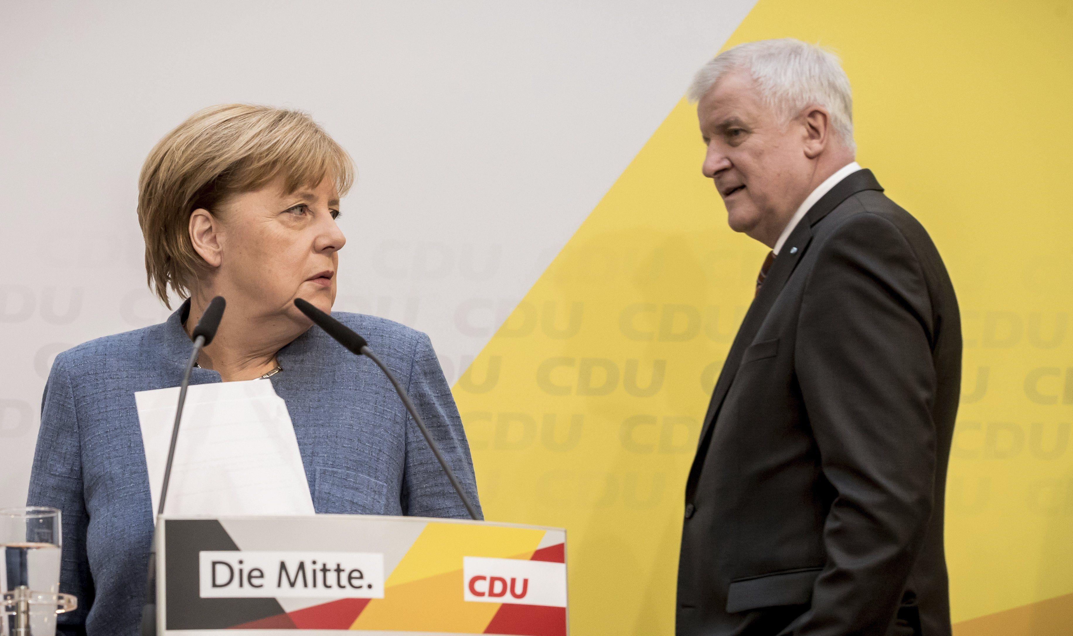 Berlin, 2017. október 9. Angela Merkel német kancellár, a Kereszténydemokrata Unió (CDU) elnöke (b) és Horst Seehofer, a Keresztényszociális Unió (CSU) elnöke sajtótájékoztatóra érkezik Berlinben 2017. október 9-én. Merkel bejelentette, hogy október 18-ra hívja meg a CDU/CSU német jobbközép pártszövetség a liberális FDP-t és a Zöldeket a kormányzati együttműködés lehetõségeinek felmérést célzó első egyeztetésre. (MTI/AP/DPA/Michael Kappeler)