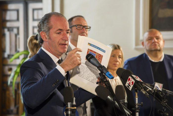 Velence, 2017. október 23. Luca Zaia, az észak-olasz Veneto tartomány elnöke sajtóértekezletet tart a velencei Balbi-palotában 2017. október 23-án, az autonómia bővítésérõl rendezett lombardiai és venetói népszavazás másnapján. A voksolók 98,1 százaléka a bővítésre szavazott. (MTI/AP/ANSA/Riccardo Gregolin)