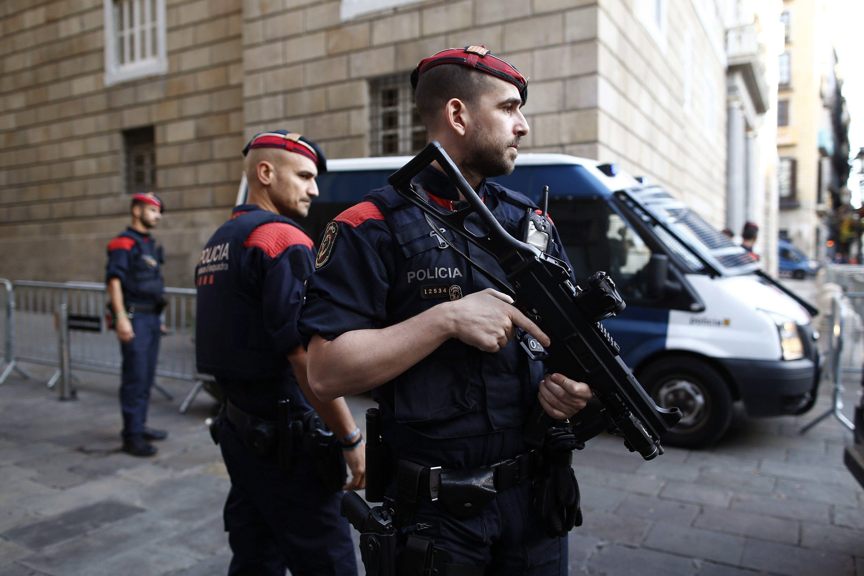 Barcelona, 2017. október 30. Katalán rendőrök a barcelonai katalán elnöki palotánál 2017. október 30-án. Három nappal korábban a katalán parlament megszavazta a független katalán köztársaság létrehozását kinyilvánító javaslatot. A spanyol kormány válaszul leváltotta Carles Puigdemont katalán elnököt, feloszlatta a katalán parlamentet, és előrehozott regionális választásokat jelentett be december 21-re. (MTI/AP/Manu Fernández)