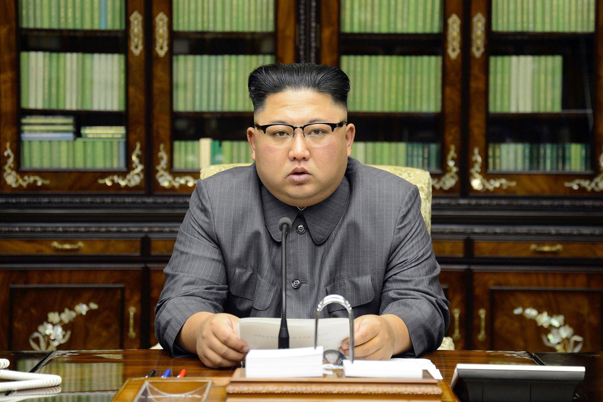 A KCNA észak-koreai hírügynökség által közreadott képen Kim Dzsong Un beszédet mond Phenjanban, 2017. szeptember 21-én. EPA/KCNA