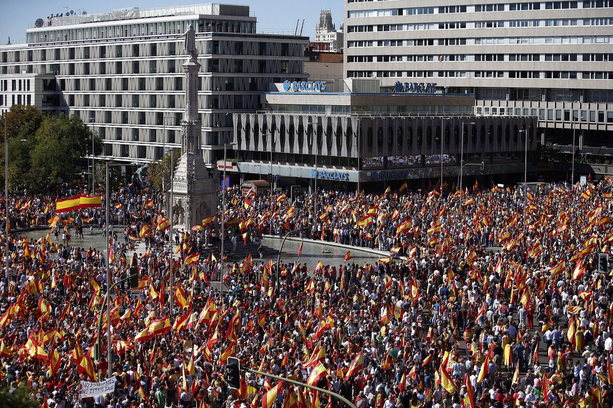 Madrid, 2017. október 7. Katalónia esetleges függetlenné válása ellen tüntetnek spanyolok a spanyol főváros, Madrid Colón terén 2017. október 7-én, hat nappal a katalán függetlenségről rendezett népszavazás után. (MTI/EPA/Javier Lizon)