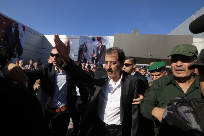 Nazmi Muhanna, a Palesztin Hatóság határátkelőkért felelős magas rangú tisztviselője ellenőrzi a Rafah átkelőhelyet. 01 November 2017. EPA/HATEM KHALED