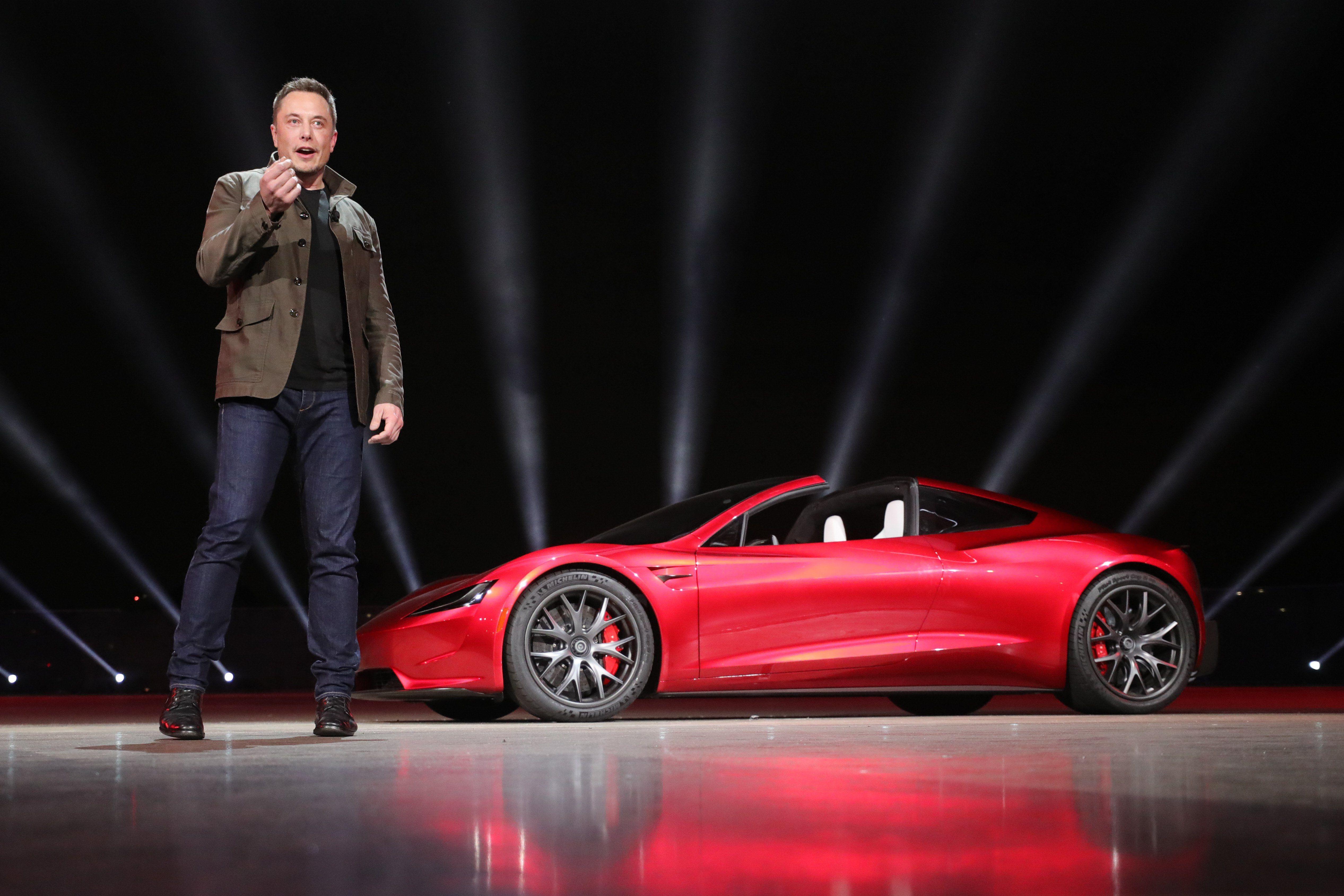 A Tesla alapítója, Elon Musk beszél az új Tesla Roadster előtt 2017. november 16-án, Los Angelesben. EPA/TESLA HANDOUT