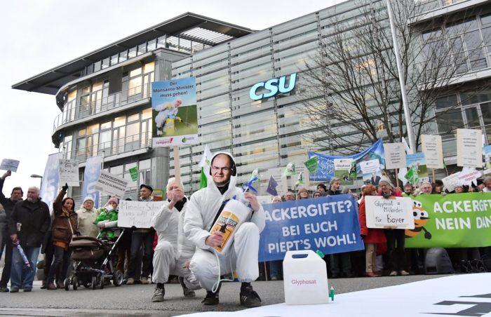 Aktivisták demonstrálnak a glifozáttartalmú növényvédő szerek forgalmazási engedélyének meghosszabbítása miatt a CSU székháza előtt Münchenben, 2017. november 29-én. EPA/JOERG KOCH