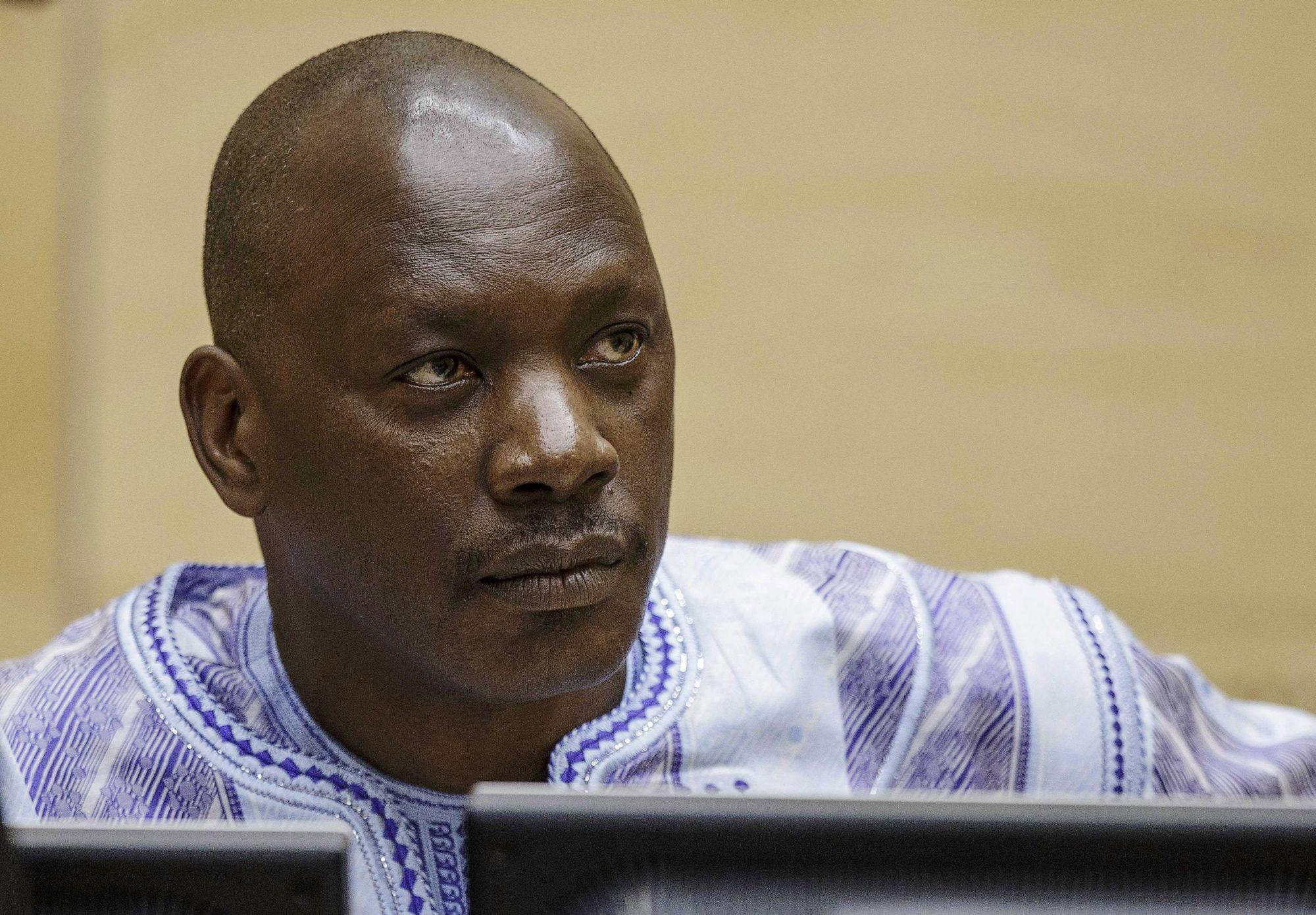 Hága, 2014. december 1. Thomas Lubanga kongói milíciavezér részt vesz a háborús bűnök kivizsgálására létrehozott Nemzetközi Büntetőbíróság (ICC) ítélethirdetésén Hágában 2014. december elsején. A most 53 éves Lubangát 2012-ben tizennégy évi szabadságvesztésre ítélte a Nemzetközi Büntetőbíróság, amiért a 2002-2003-as összecsapások idején 15 évesnél fiatalabb gyermekeket sorozott be a Kongói Hazafiak Frontja (UPC) szervezet katonai szárnyába, a Kongó Felszabadítása Hazafias Erőinek (FPLC) egységeibe. A fiatalok nagy részét a frontvonalba küldték harcolni, sokan elestek közülük. (MTI/EPA/Pool/Michael Kooren)