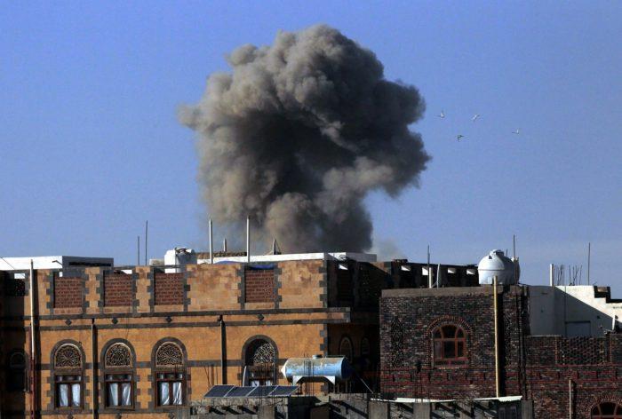 Szanaa, 2017. november 5. Füst gomolyog a jemeni húszi fegyveresek egyik állása felett egy állítólagos szaúdi légicsapás idején a jemeni fővárosban, Szanaában 2017. november 5-én. Az előző napon Szaúd-Arábia egy Jemenből kilőtt ballisztikus rakétát semmisített meg Rijádtól északkeletre. (MTI/EPA/Jahja Arhab)