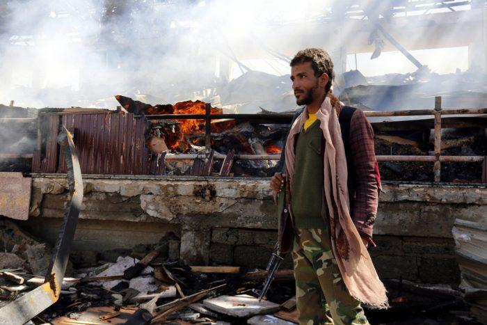 Szanaa, 2017. november 5. Jemeni húszi fegyveres egy állítólagos szaúdi légicsapásban megsemmisült épület maradványainál a jemeni fővárosban, Szanaában 2017. november 5-én. Az előző napon Szaúd-Arábia egy Jemenből kilőtt ballisztikus rakétát semmisített meg Rijádtól északkeletre. (MTI/EPA/Jahja Arhab)