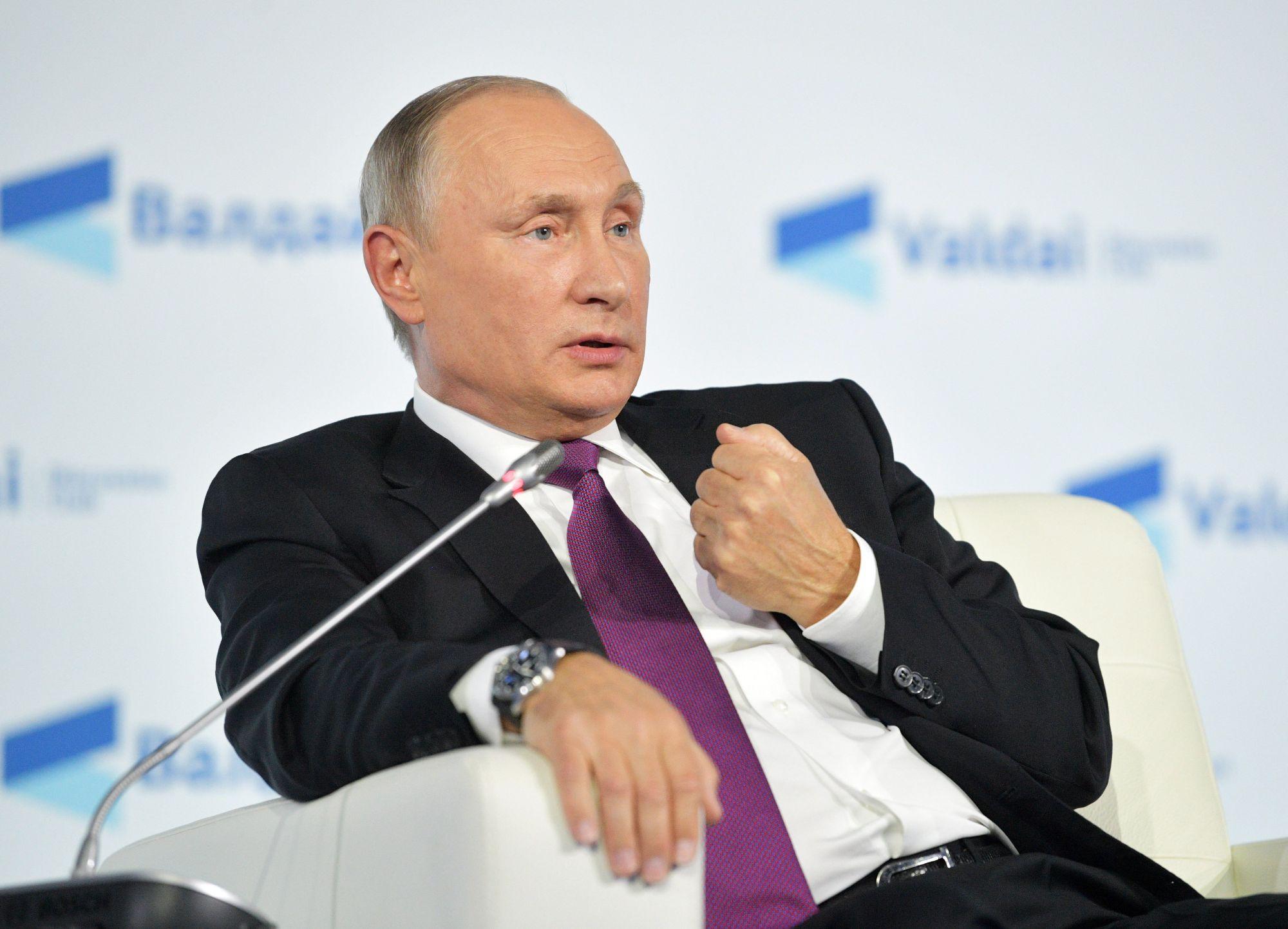 Szocsi, 2017. október 19. Vlagyimir Putyin orosz elnök beszél az évente rendezett Valdaj nemzetközi vitaklub tanácskozásán Szocsiban 2017. október 19-én. (MTI/EPA/AP pool/Alekszandr Zemlianicsenko)