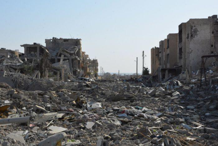 Rakka, 2017. október 23. Romos épületek Rakkában 2017. október 23-án. Az észak-szíriai várost az előző nap szabadították fel a kurd és arab milíciák alkotta Szíriai Demokratikus Erők (SDF) nevű szíriai ellenzéki ernyőszervezet harcosai az Iszlám Állam dzsihadista terrorszervezet uralma alól. (MTI/EPA/Juszef Rabih Juszef)