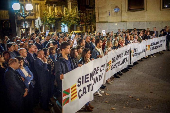 Barcelona, 2017. november 3. Tüntetők tiltakoznak a leváltott katalán kormány nyolc volt tagjának bebörtönzése ellen a barcelonai Jant Jaume téren 2017. november 3-án. Négy nappal korábban José Manuel Maza spanyol állami főügyész büntetőeljárást kezdeményezett a feloszlatott katalán kormány, valamint a katalán parlament elnökségének tagjai ellen lázadás, zendülés, hűtlen kezelés és egyéb bűncselekmények miatt. (MTI/EPA/Victor Lerena)