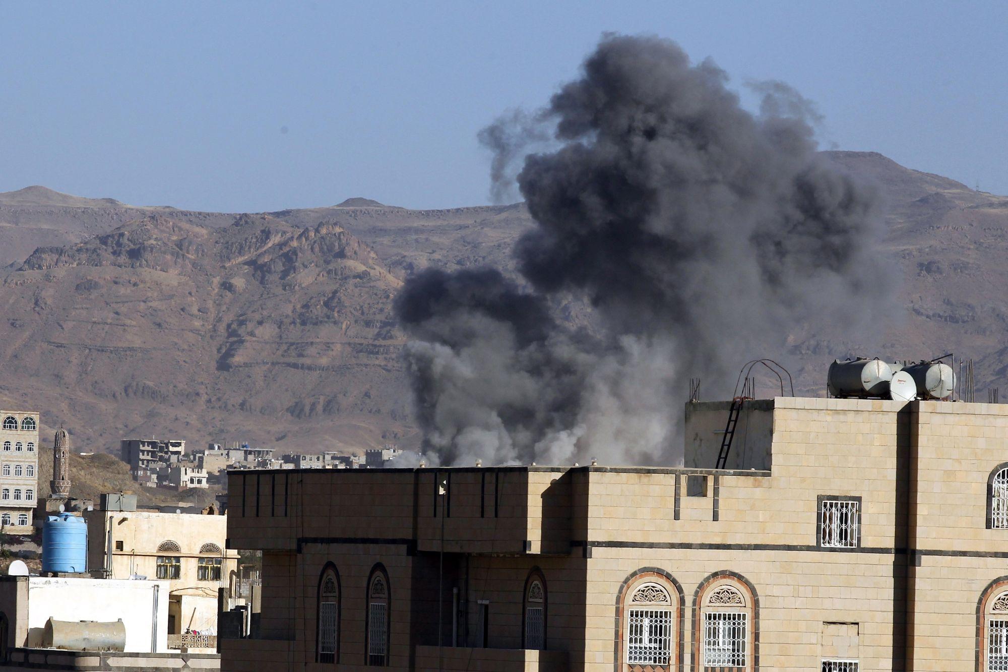 Szanaa, 2017. november 5. Füst gomolyog a jemeni húszi fegyveresek egyik állása felett egy állítólagos szaúdi légicsapás idején a jemeni fővárosban, Szanaában 2017. november 5-én. Az előző napon Szaúd-Arábia egy Jemenbõl kilőtt ballisztikus rakétát semmisített meg Rijádtól északkeletre. (MTI/EPA/Jahja Arhab)
