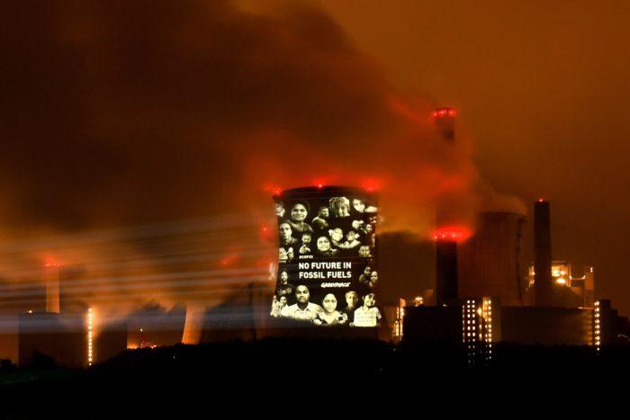 """Grevenbroich, 2017. november 10. """"A fosszilis energiahordozóknak nincs jövője"""" jelentésű fényfeliratot vetít a Neurath szénerőműre a Greenpeace nemzetközi környezetvédő szervezet a nyugat-németországi Grevenbroich településnél, az ENSZ 23. nemzetközi klímakonferenciájának (COP 23) otthont adó Bonntól 60 kilométerre 2017. november 10-én hajnalban. Az éghajlatváltozás okozta globális kihívásokra megoldást kereső éves tanácskozást idén november 6. és 17. között rendezik a Fidzsi-szigetek elnökletével. (MTI/EPA/Sascha steinbach)"""