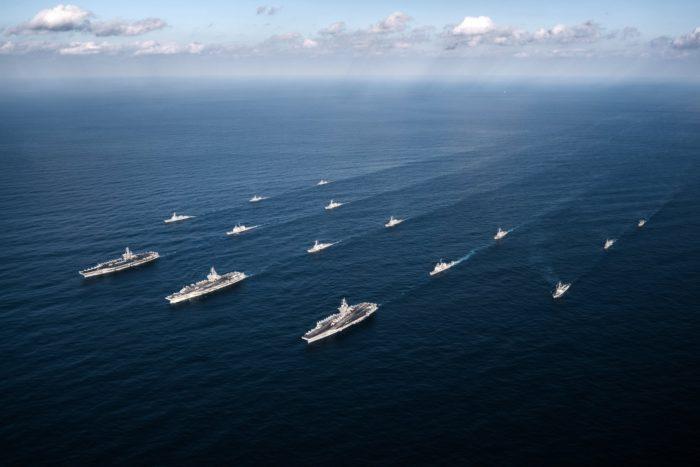 Csendes-óceán, 2017. november 13. A Theodore Roosevelt, a Ronald Reagan és a Nimitz amerikai repülőgép-hordozókat kísérik Aegis típusú rakétavédelmi rendszerrel felszerelt amerikai hadihajók a dél-koreai haditengerészettel tartott hadgyakorlaton a Csendes-óceánon, a Koreai-félsziget közelében 2017. november 12-én. A november 11-én kezdődött négynapos közös gyakorlaton hét dél-koreai hadihajó is részt vesz, amelyek közül kettőn ugyancsak Aegis-rendszer van. A manővereket erődemonstrációnak szánják Észak-Korea elrettentésére. (MTI/EPA/Amerikai haditengerészet/Aaron B. Hicks)
