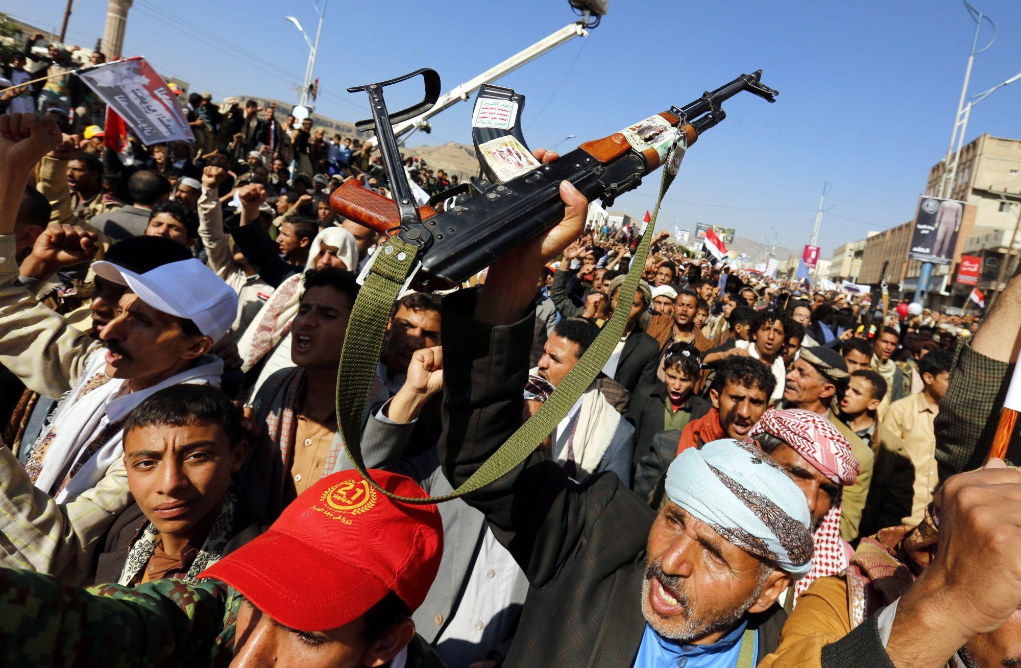 Szanaa, 2017. november 13. Jemeniek tüntetnek a szaúdi koalíció blokádja ellen Szanaában 2017. november 13-án. A blokád miatt a nemzetközi segélyszállítmányok nem jutnak be az országba, ezért súlyos élelmiszer- és gyógyszerhiány fenyegeti a lakosságot. A síita lázadók ellen a jemeni kormány oldalán harcoló szaúdi koalíció november 6-án zárta le a jemeni repülõtereket és kikötőket a Rijád elleni, két nappal korábban elkövetett rakétatámadás miatt. (MTI/EPA/Jahja Arhab)