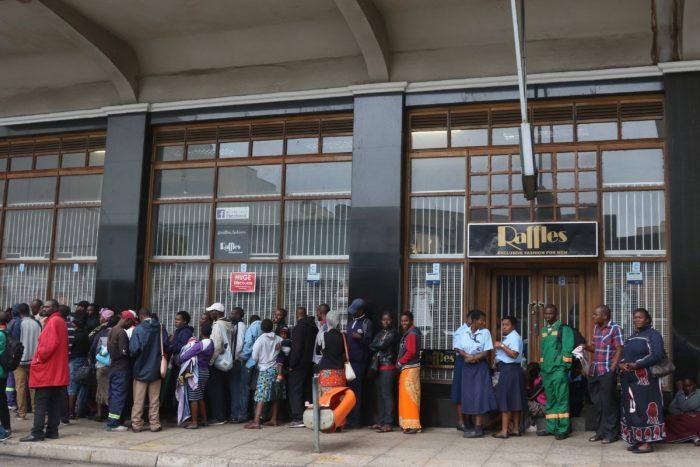Harare, 2017. november 15. Pénzfelvétel miatt várakozó emberek sorakoznak egy bank előtt Hararében 2017. november 15-én, miután a hadsereg közölte az általa elfoglalt ZBC állami televízióban, hogy átvette az ország irányítását Robert Mugabe elnök kormányától. (MTI/EPA/Aaron Ufumeli)