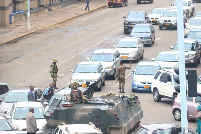 Harare, 2017. november 15. Páncélozott harci járművel zárják el a Robert Mugabe zimbabwei elnök irodájához vezető főutat katonák Hararében 2017. november 15-én, miután a hadsereg közölte az általa elfoglalt ZBC állami televízióban, hogy átvette az ország irányítását Mugabe kormányától. (MTI/EPA/Aaron Ufumeli)